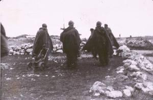Soldados republicanos conducen una máquina ametralladora a la posición de vanguardia.