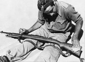 Limpiando un fusil VZ24.