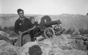 Servidores republicanos de una máquina ametralladora Maxim.